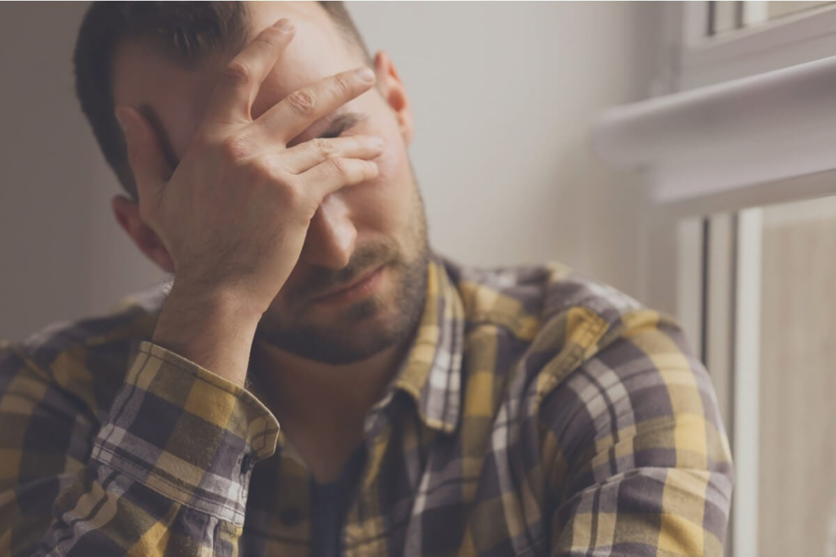 Hombre con ansiedad por dejar de fumar