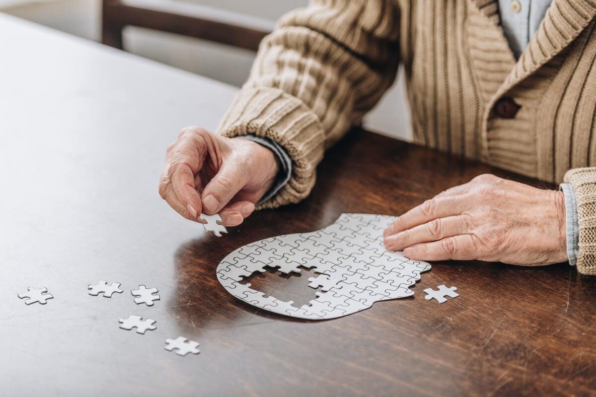 Hombre haciendo puzzle