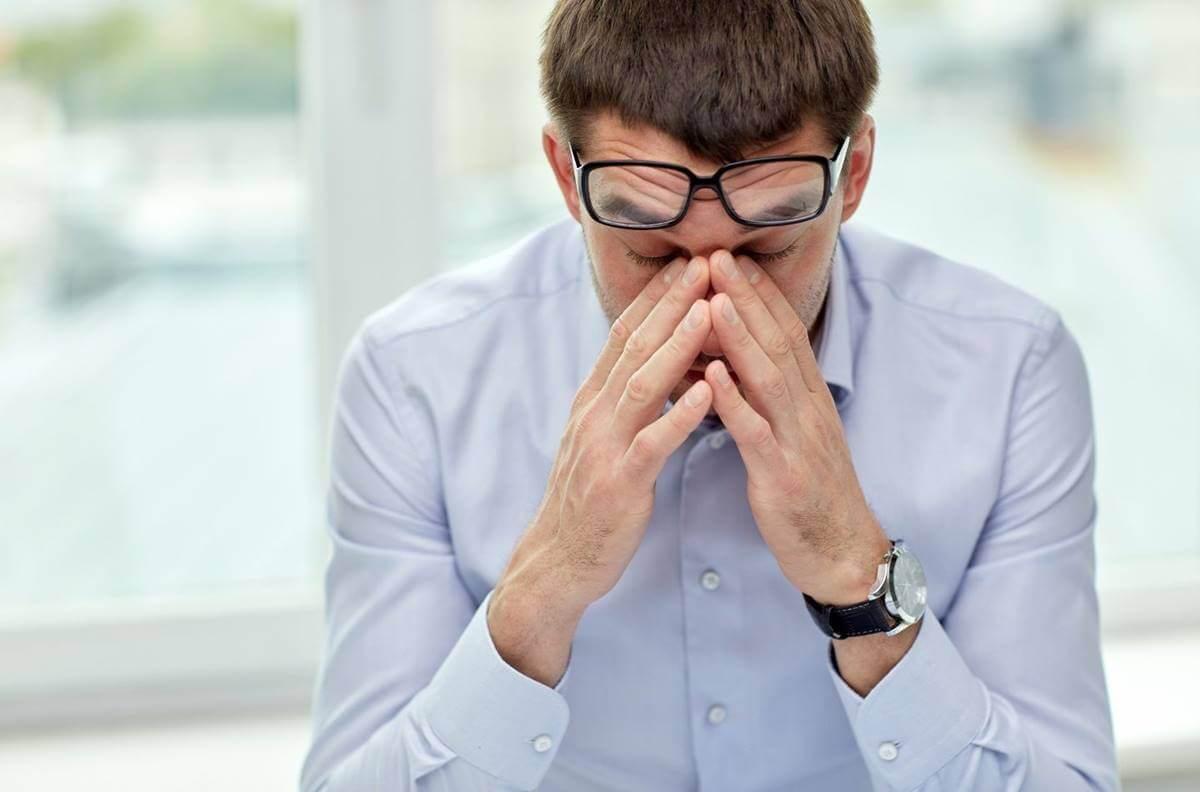 Hombre que sufre hiperventilación y ansiedad