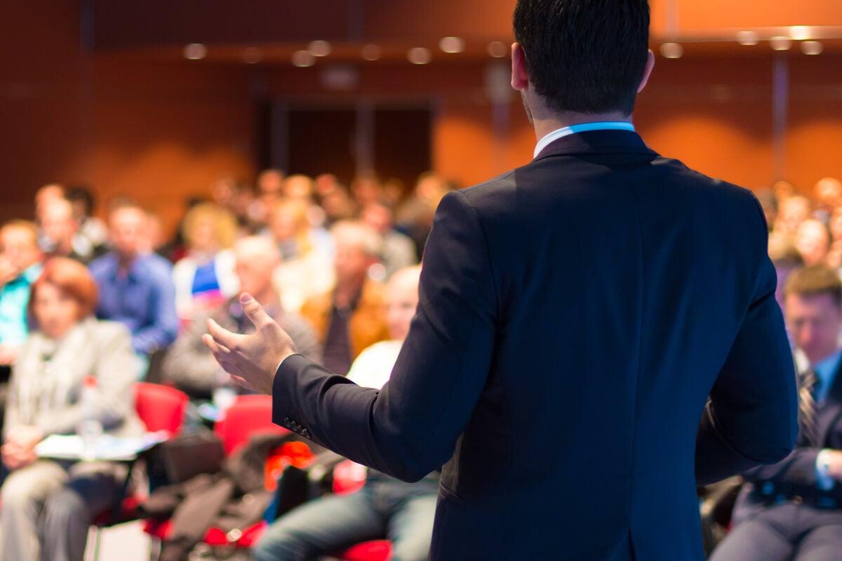 Hombre impartiendo una conferencia sobre psicología