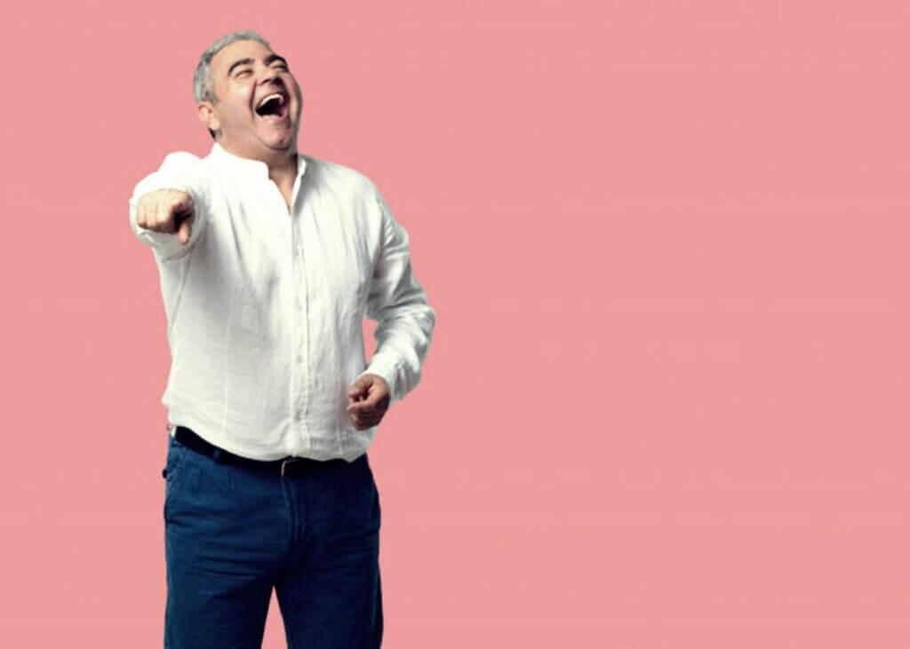 Hombre mayor riéndose