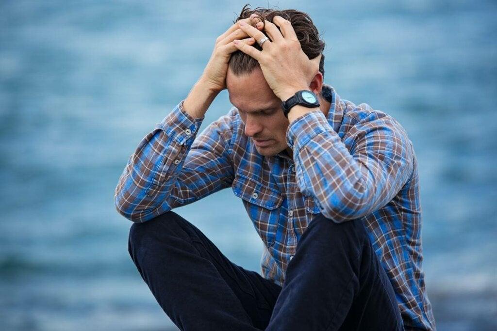 Hombre preocupado por la sensación de vacío existencial