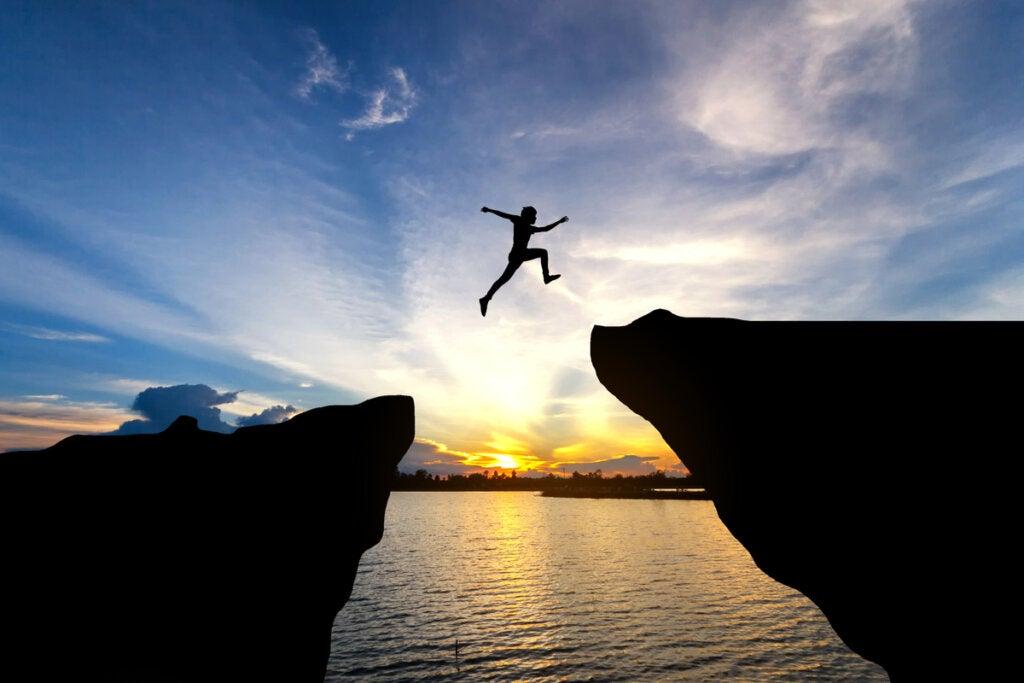 Hombre saltando entre precipicios