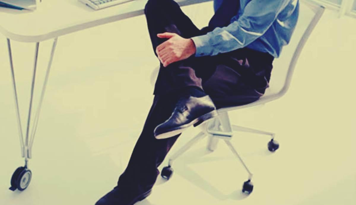 Hombre agarrándose la pierna