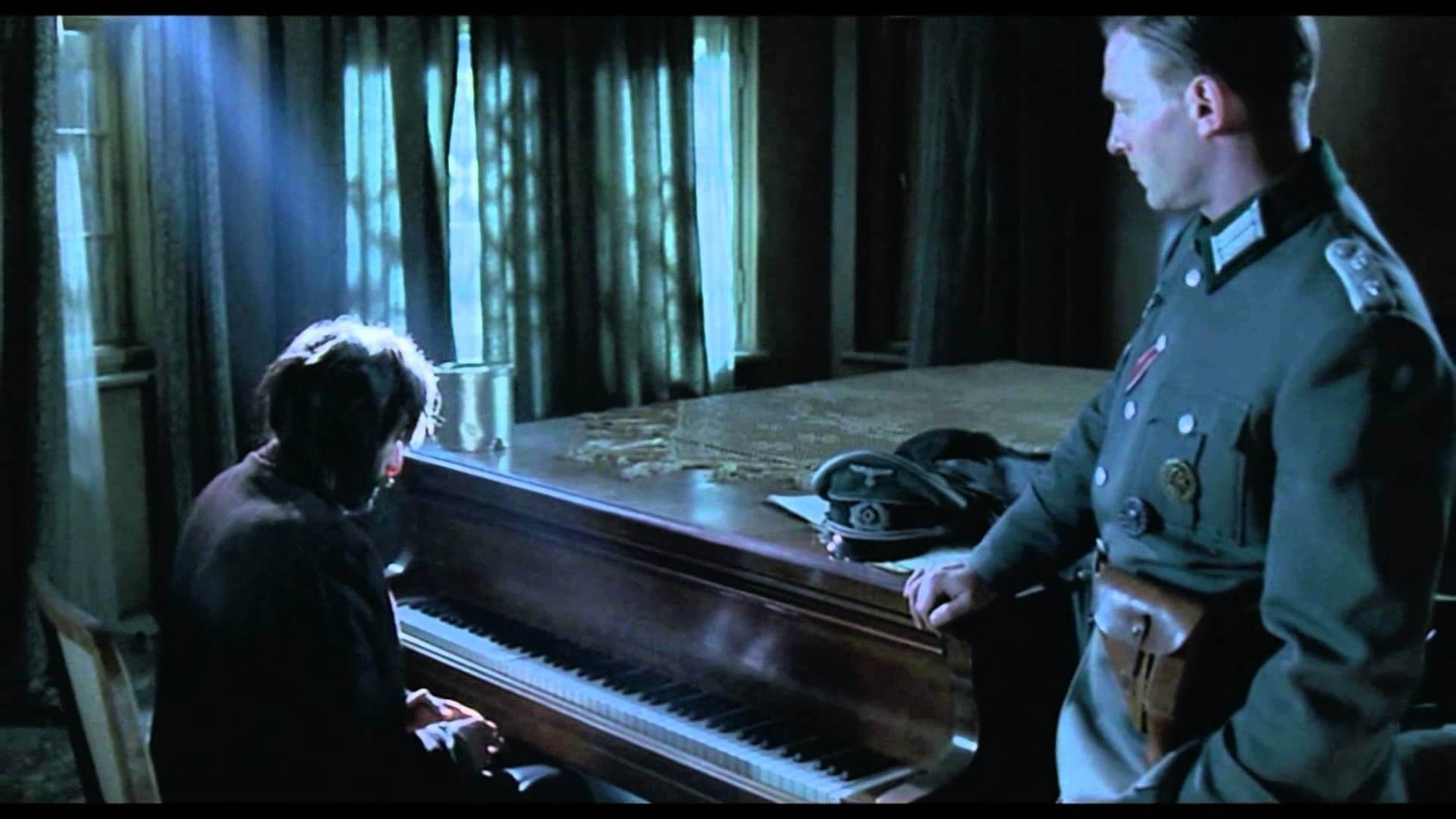 Hombre tocando el piano