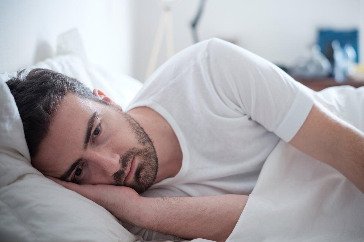 Hombre triste pensando en volver a la normalidad tras una situación traumática
