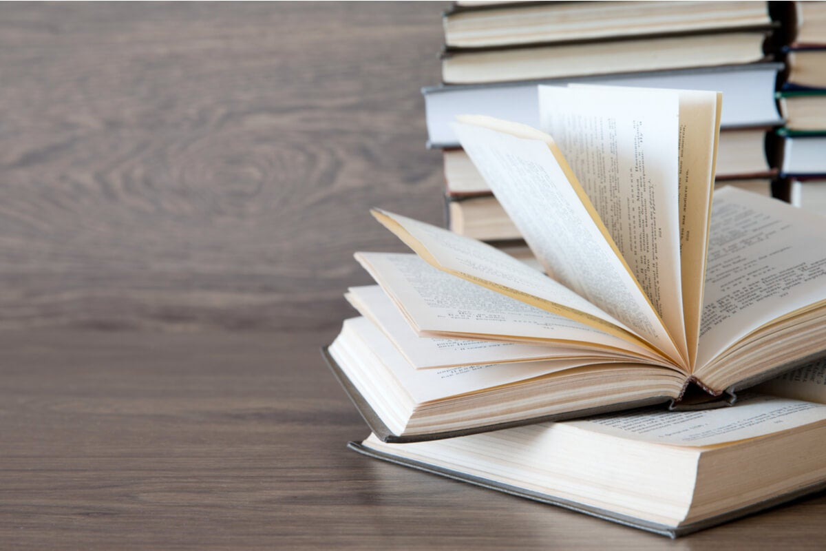 Libros sobre una mesa de madera
