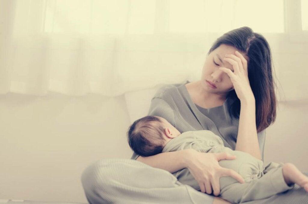 Mamá con su bebé representando a las madres que no quieren a sus hijos