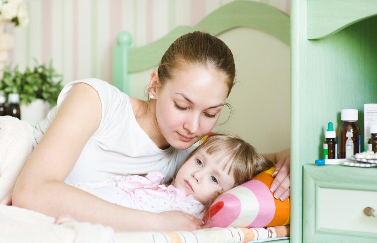 Madre con su hija en la cama