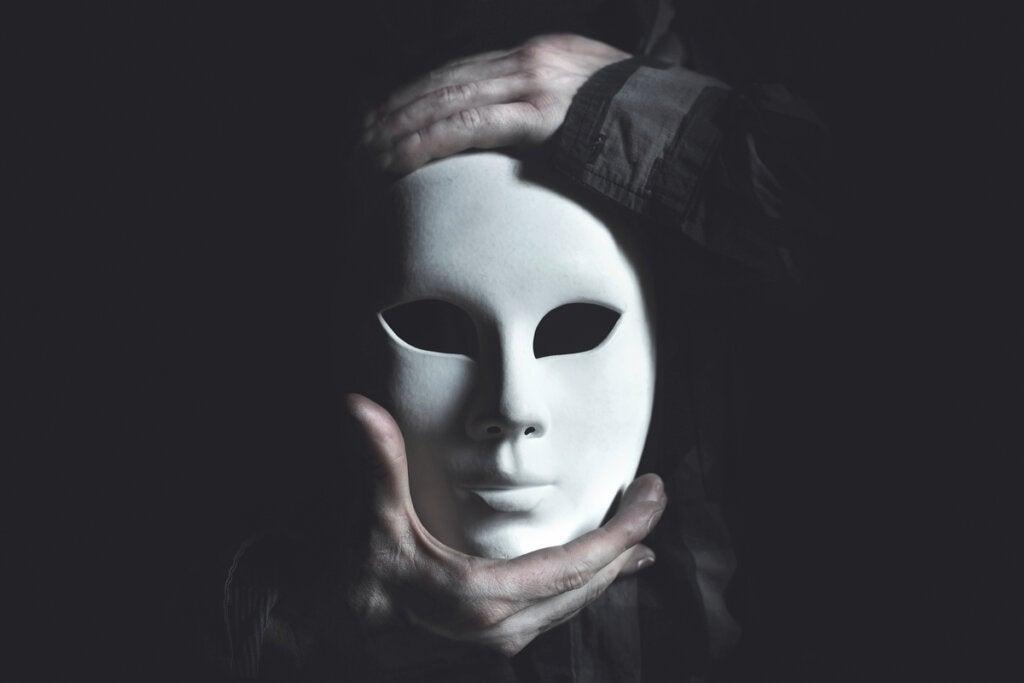 Manos sujetando una máscara