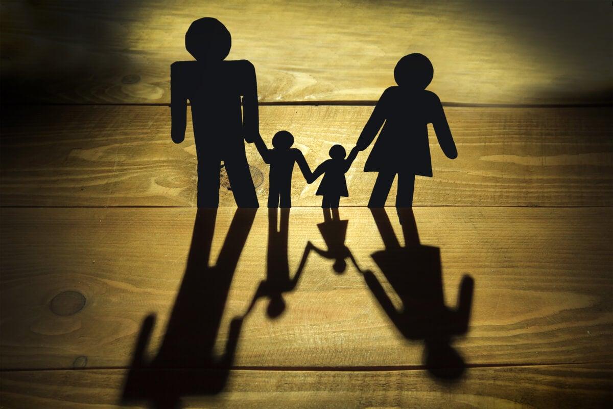Monigotes de papel representando la relación de la familia y depresión