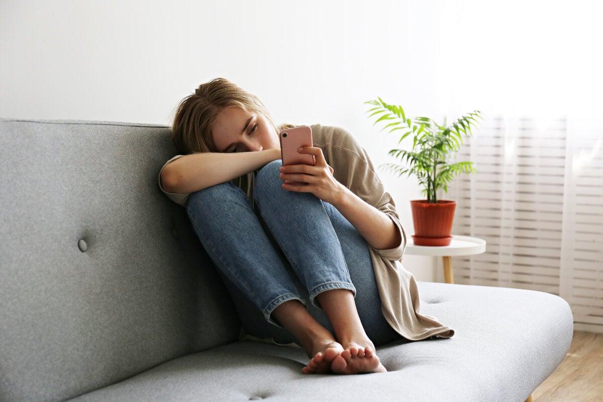 Mujer agotada con el móvil