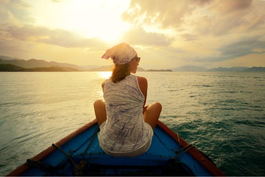 Mujer en una barca al atardecer