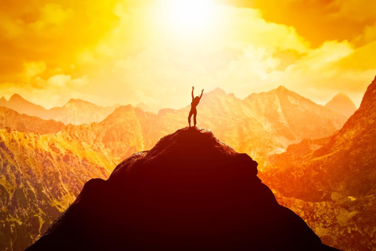 Mujer en la cima de la montaña