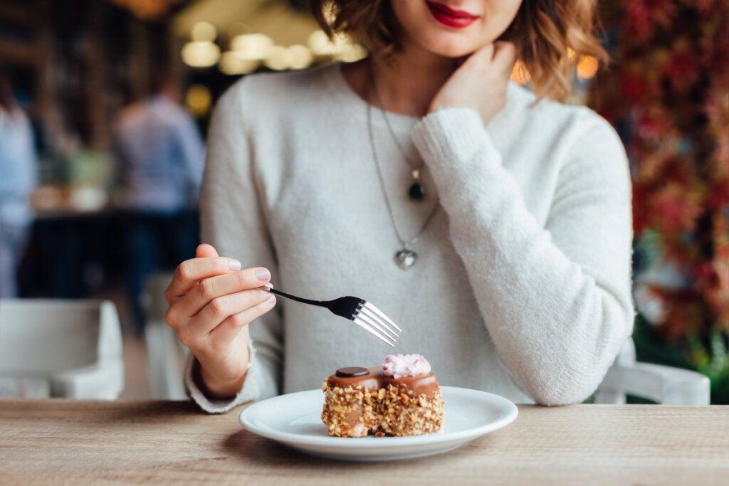 Mujer comiendo dulces