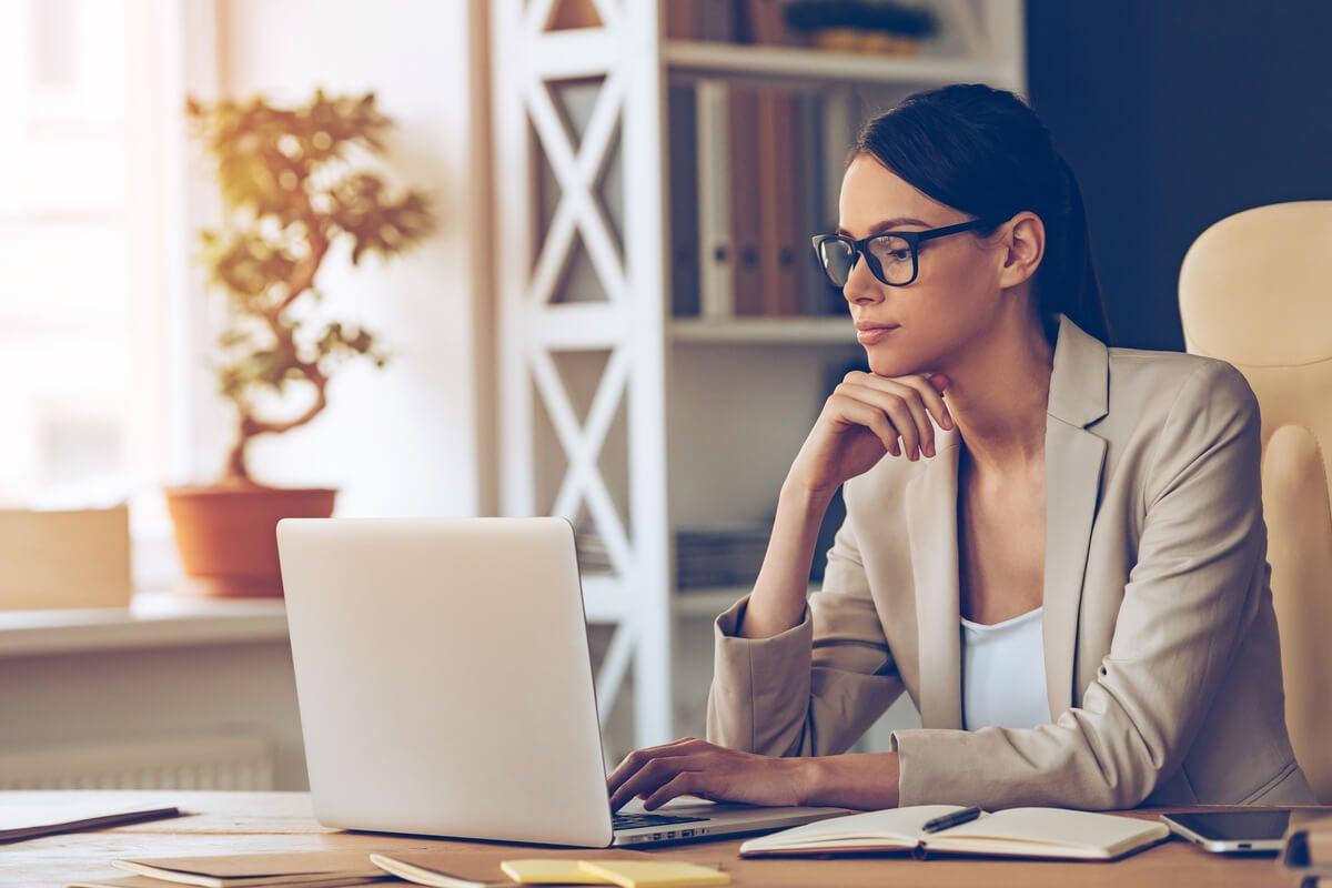 Mujer concentrada trabajando