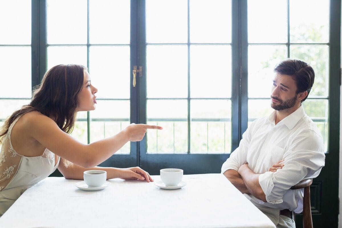 Mujer discutiendo con su marido