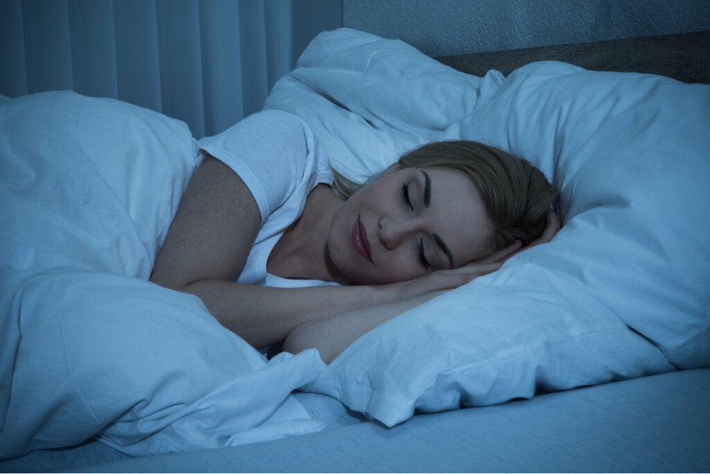 Mujer dormida gracias a los efectos de la glicina