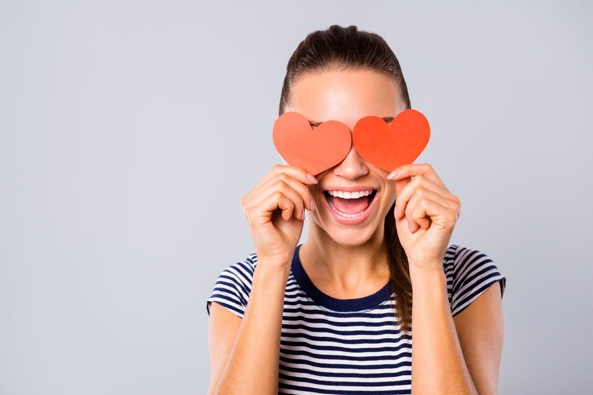 Mujer enamorada con corazones en los ojos