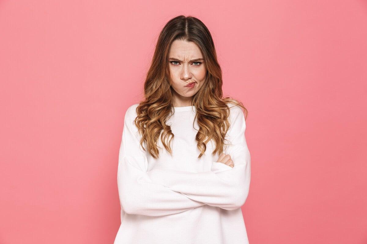 Mujer enfadada representando el ciclo vicioso de la ira