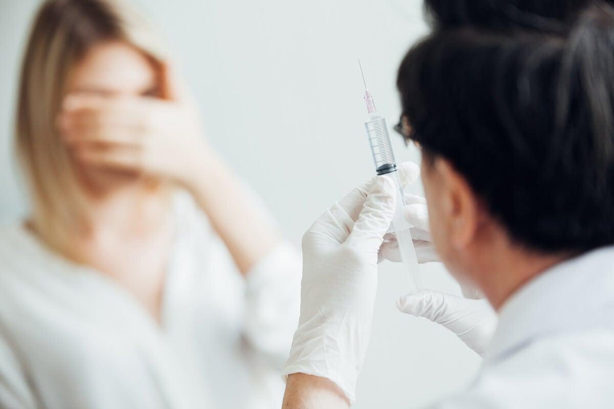 Mujer con fobia a las inyecciones