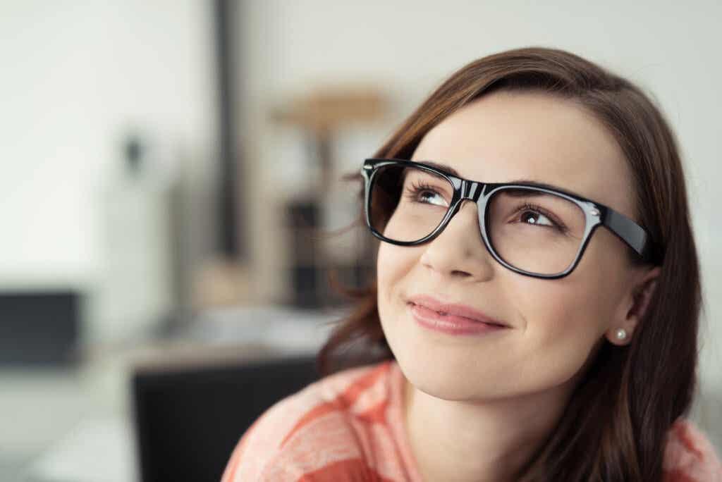 Mujer con pensando en las diferencias entre inteligencia fluida e inteligencia cristalizada