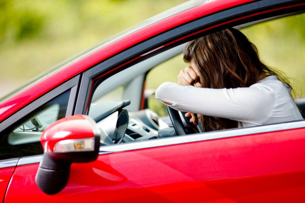 Mujer con miedo a conducir