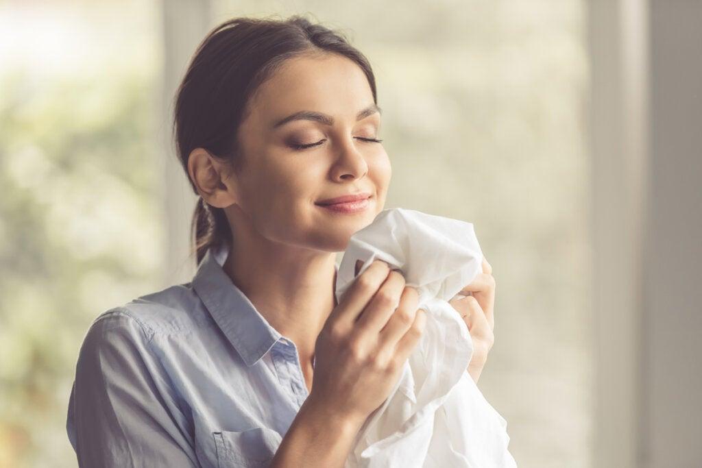 Mujer oliendo ropa