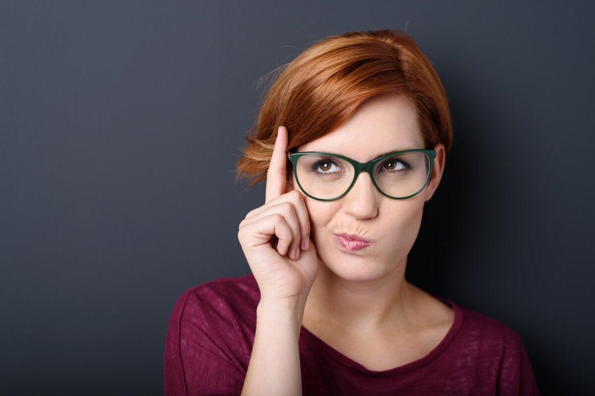 Mujer pensando si una persona creativa nace o se hace