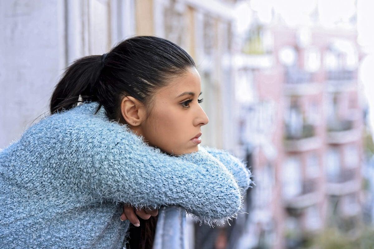 Mujer pensando en el balcón