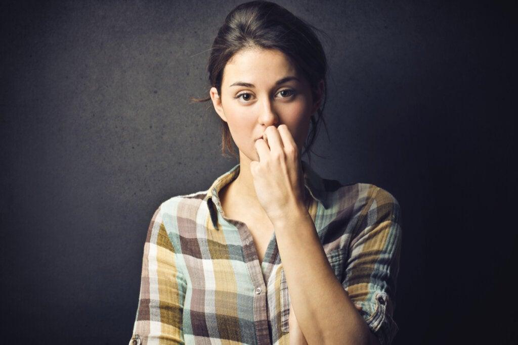 Mujer pensando en sus dificultades para imaginar
