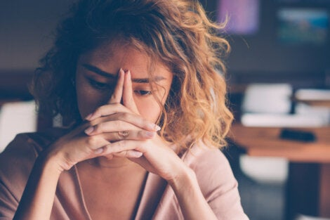 Mujer pensando en la diferencia entre pasión y obsesión