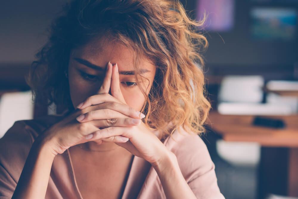Mujer pensando en el miedo al quirófano