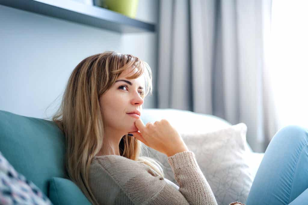 Mujer imaginando el futuro para pensar soluciones