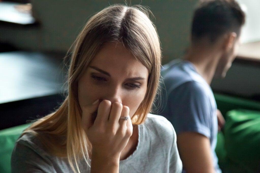 Mujer preocupada por la discusión con su pareja