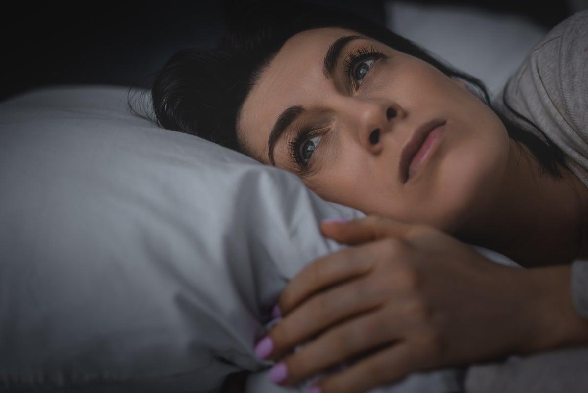 Mujer pensando en recuperar horas de sueño