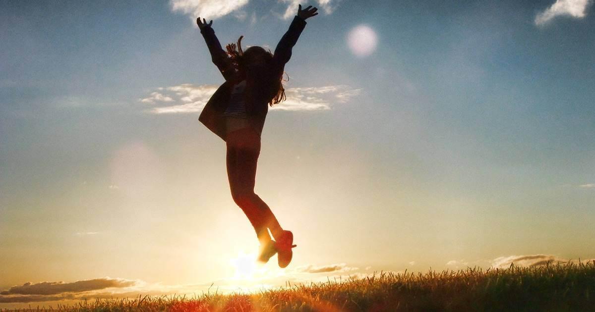 Chica saltando feliz por saber ¿Qué es la excelencia?