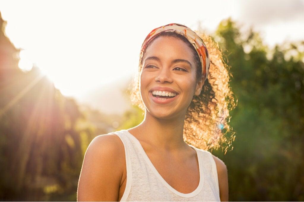 Mujer sonriendo al atardecer