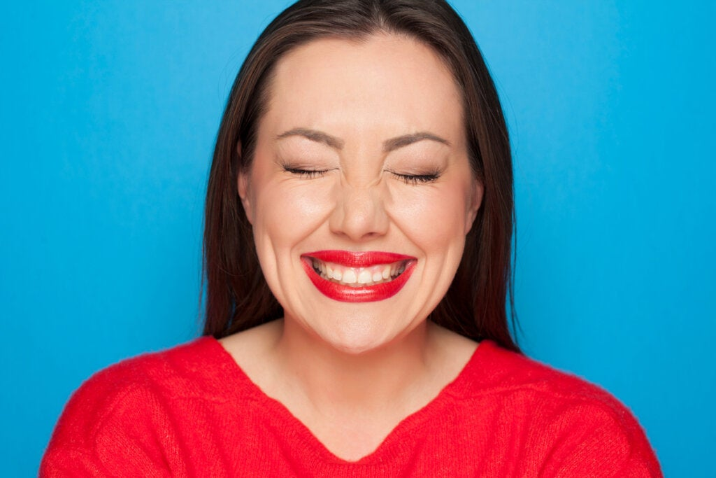 Woman with forced smile by pop psychology