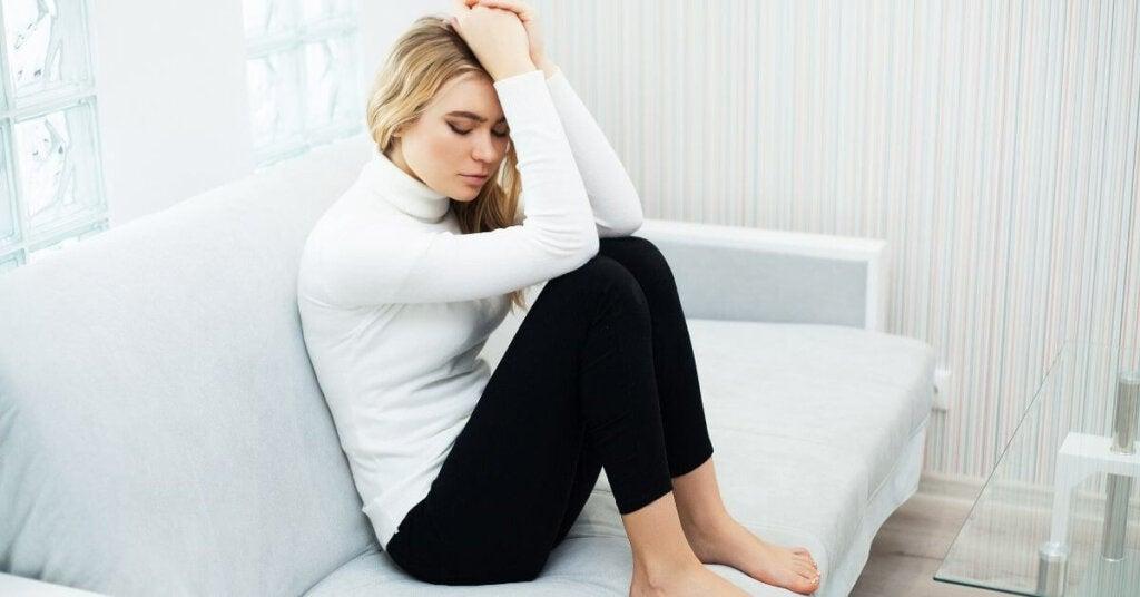 Mujer que sufre ansiedad por separación de pareja