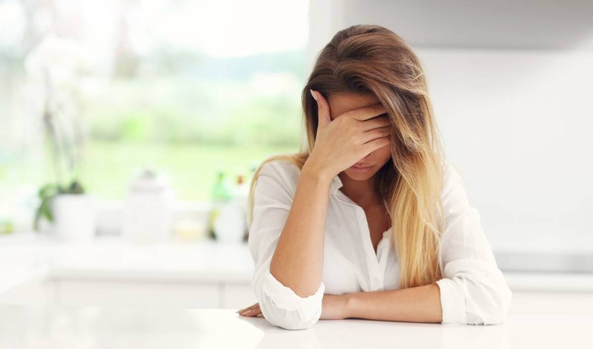 Mujer representando el Maltrato psicológico de padres a hijos adultos
