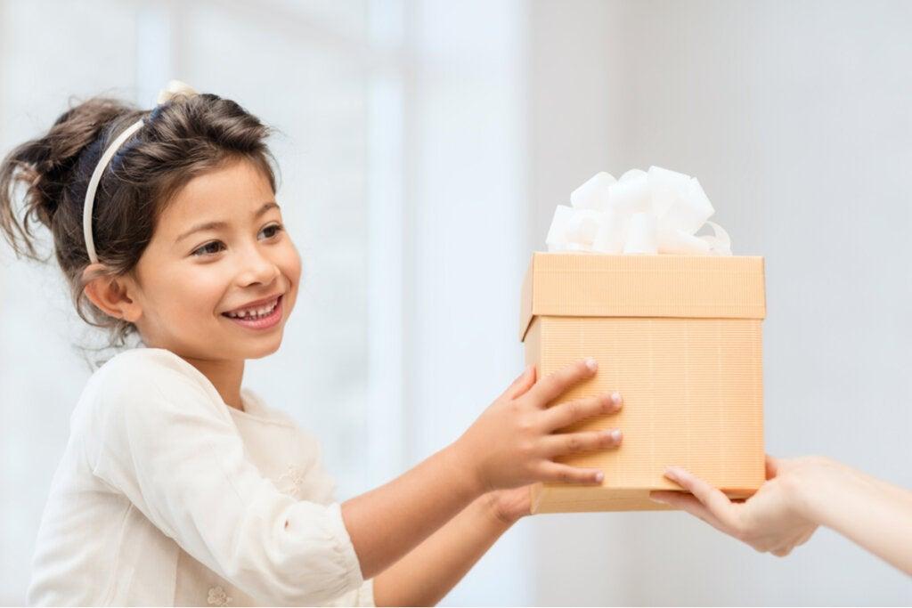 Niña abriendo un regalo