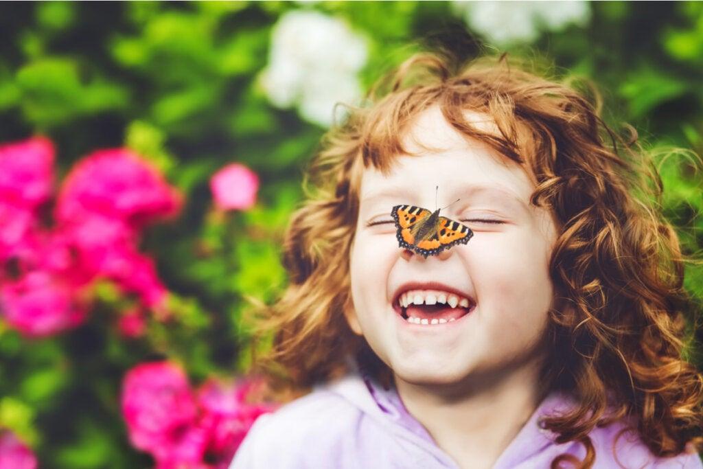 Niña mirando una mariposa