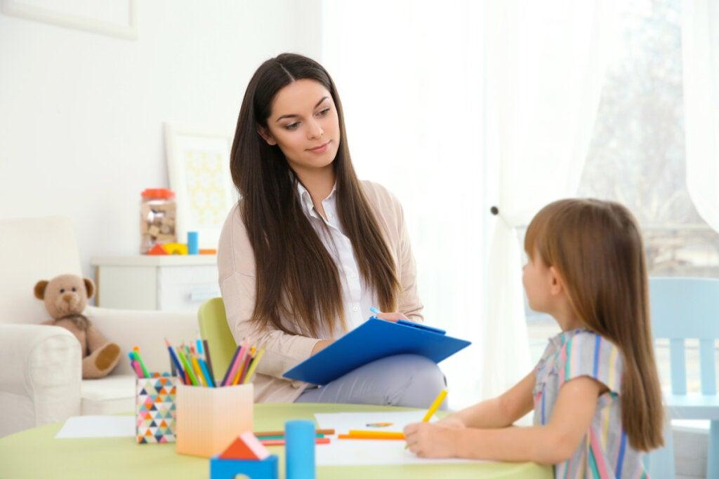 Niña con psicóloga