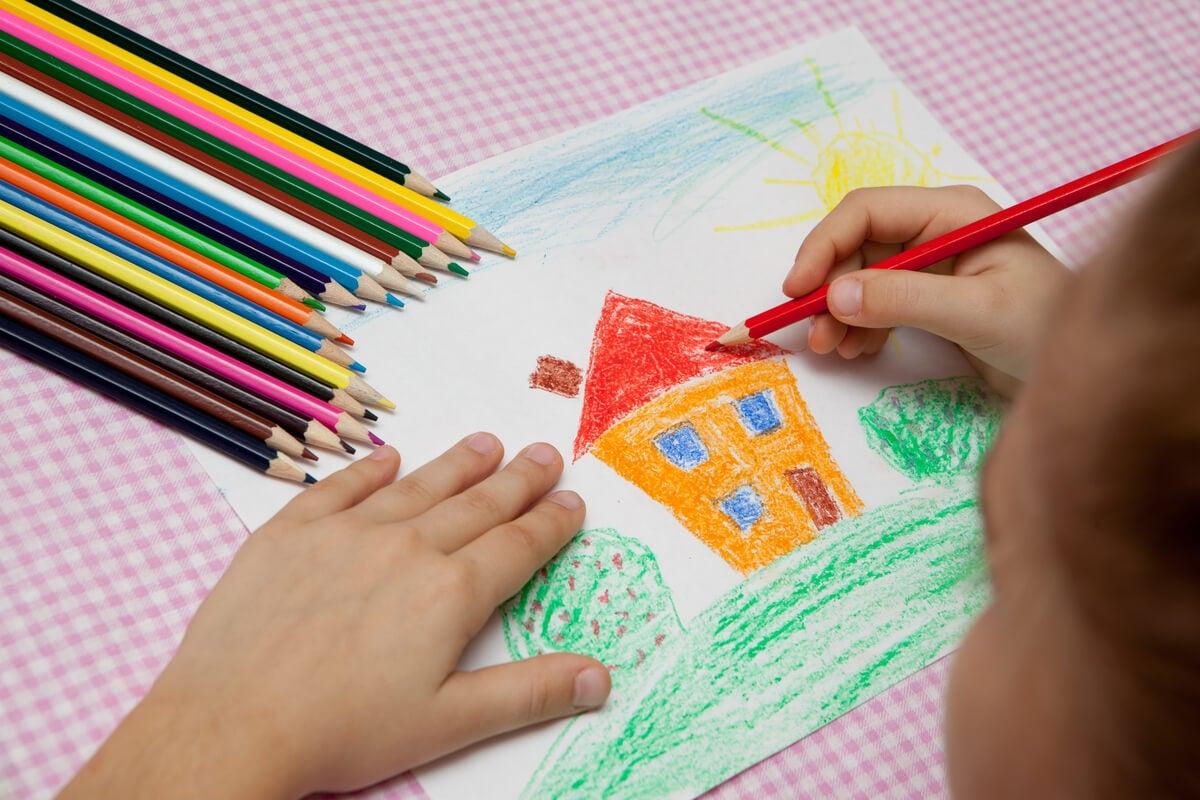 Niño dibujando la casita de casita de Vanistendael