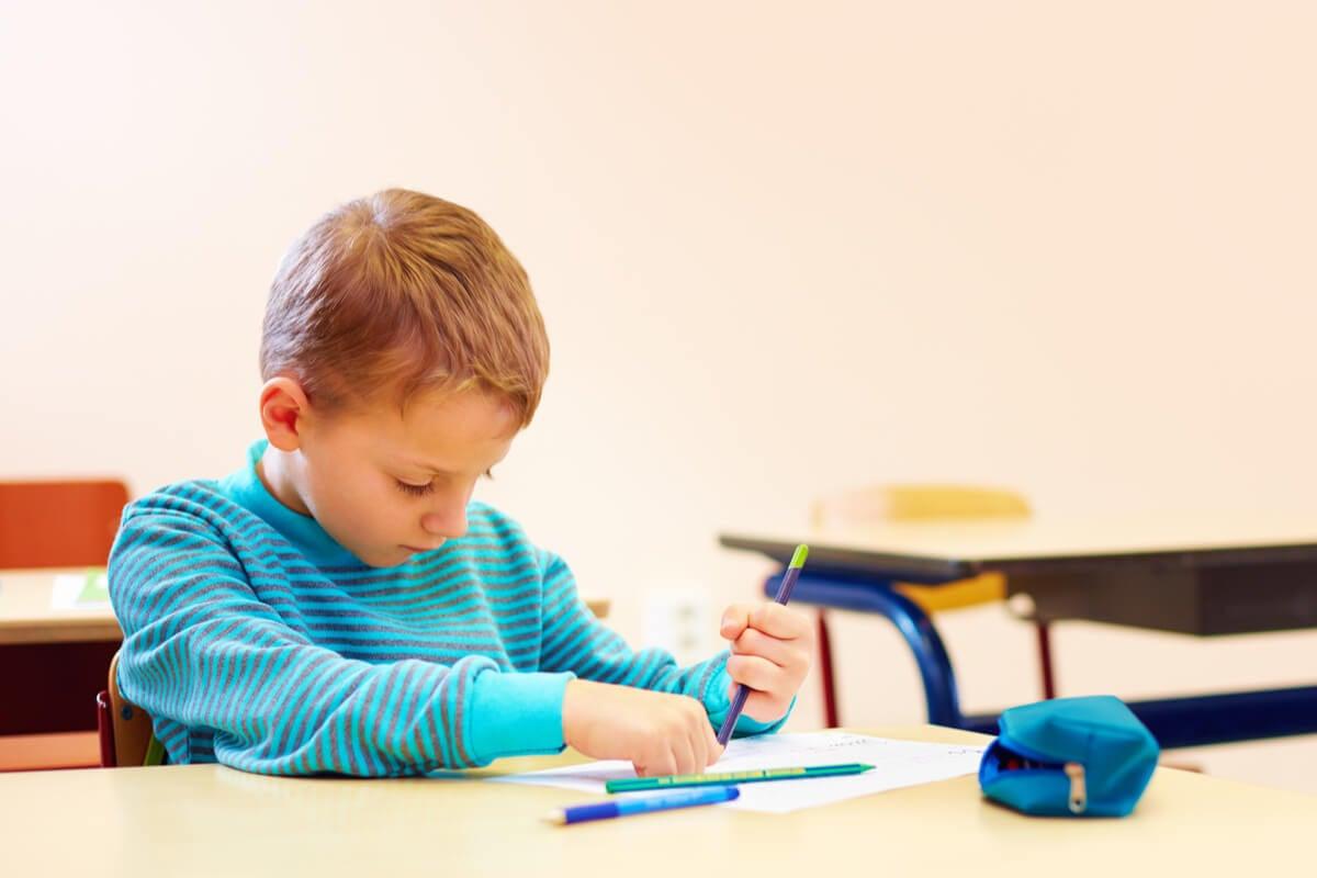 Niño con autismo dibujando