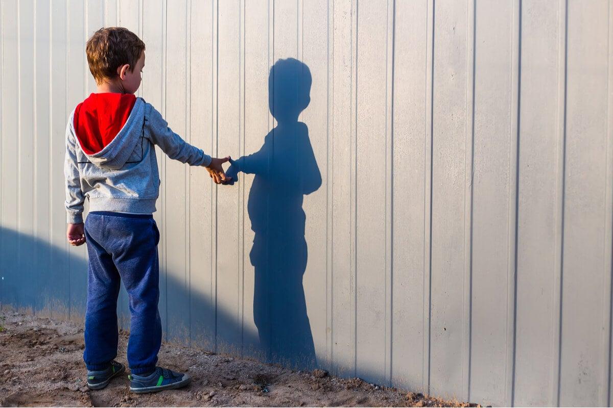 Niño mirando su sombra
