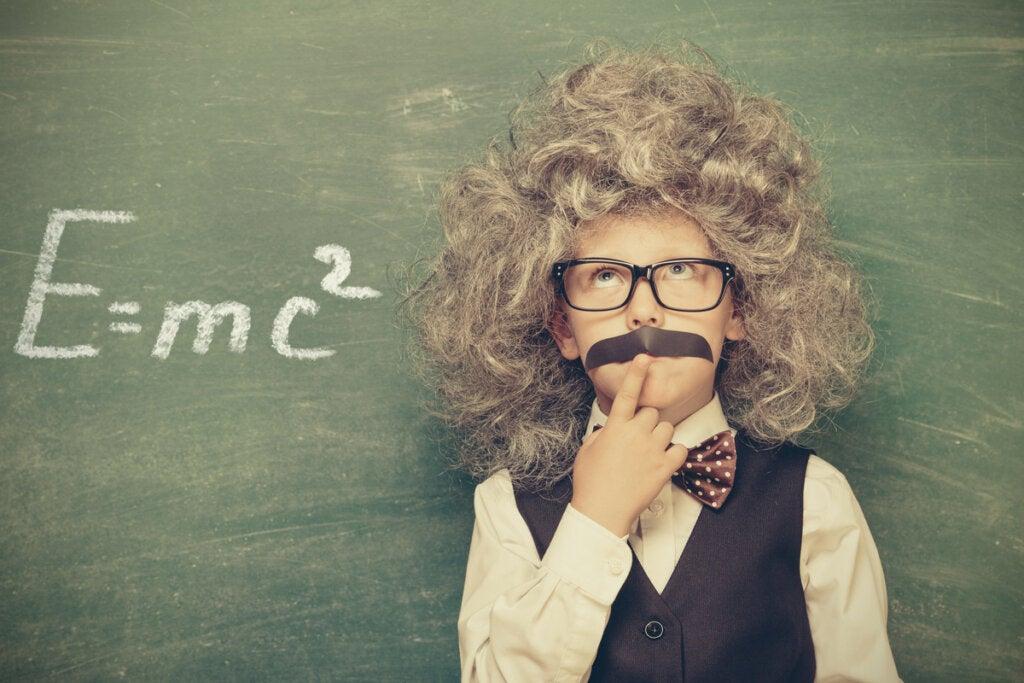 Niño simulando a Albert Einstein