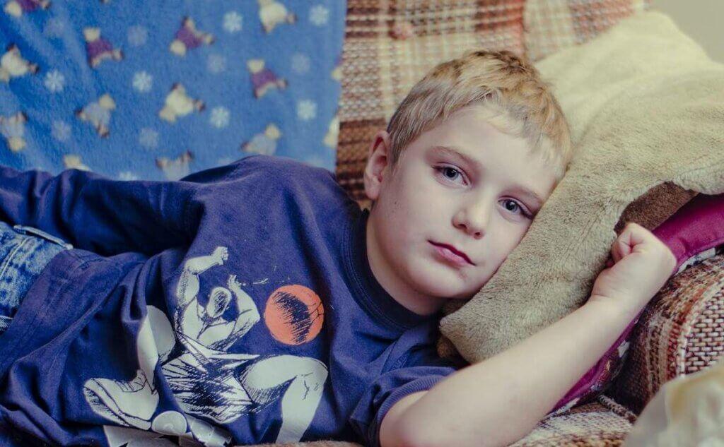 Niño triste en el sofá