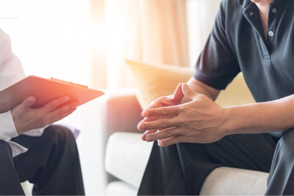 Hombre con enfermedad terminal hablando con un psicólogo